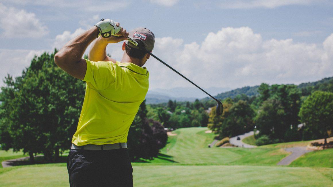 Jeune sportif qui s'entraîne au golf pour progresser