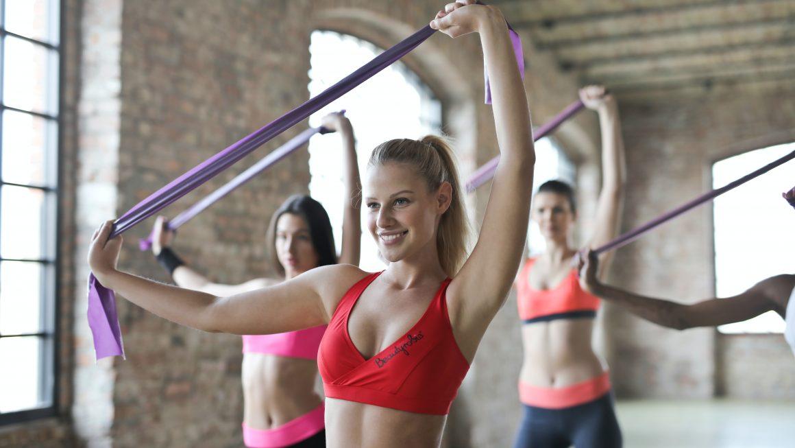 Groupe de femmes qui font du sport pendant un cours de fitness