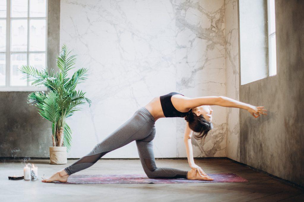 Jeune femme qui fait du yoga pour s'étirer