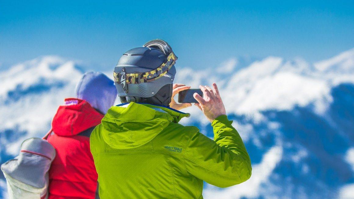 deux personnes qui prennent la montagne en photo